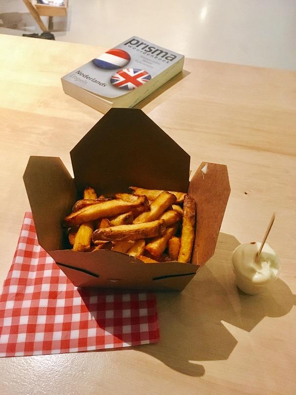 Petite frite achetée juste à côté de l'hôtel à Fritez!!